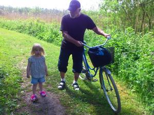 Farfar och Wilma på väg från badet.