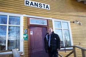 Medlemmarna i Ransta Nästa bygdegårdsförening har tillsammans lagt ner nästan 3000 timmar på att renovera det gamla stationshuset. På bilden syns ordförande Gunnar Axinge.
