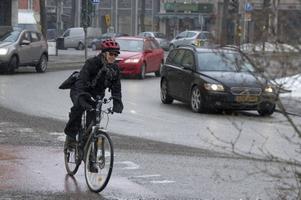 Cyklisten har inte rätt till företräde, utan har väjningsplikt för bilarna.