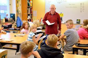 Författare. Barn- och ungdomsboksförfattaren Arne Norlin besöker femteklasserna på Lekebergsskolan.