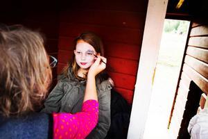 Lisa Stenman går i andra klass på Böle byskola. Hon passade på att få en ansiktsmålning när skolan firade tio år. Hon valde att bli målad som en hund.