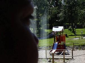 Under sina generösa permissioner hyrde pedofilen en lägenhet i Sundsbruk. Från lägenheten spanade han på lekparken där bland annat den femåriga flickan lekte.
