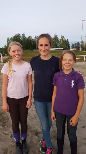 Irma Karlsson flankerad av två unga Bollnäsryttare, Moa Belinder och Alma Hansson.