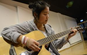 Paweh Kumoon ingår i ett av banden som sköter om musiken i föreställningen.