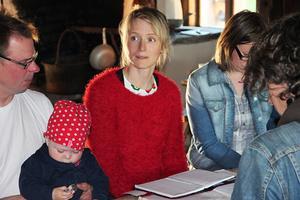 Sofia Lindström i rött regisserar inspelningarna, som den här gången har både barn och vuxna som medverkande.