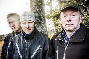 – Är det någon som är rädd om skogen så är det vi som äger den, säger Johnny Hördell, mitten. På ömse sidor Joel Nord och Anders Bäckebjörk.