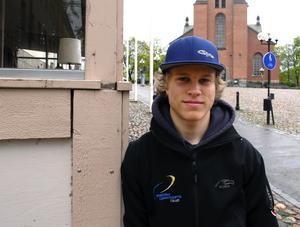 Kör för blågult. Patrik Stenberg, 16, cyklar i vanliga fall för Falu CK. I helgen debuterar han däremot i juniorlandslaget, när världscupen körs i Holland.
