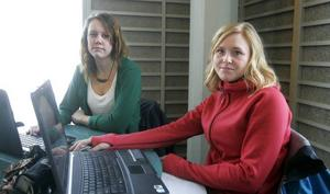 Caroline Johansson, 26 år, till vänster och 25-åriga Linn Jansson har kommit halvvägs med sin C-uppsats. De är båda kritiska till förslaget att minska studiebidraget.