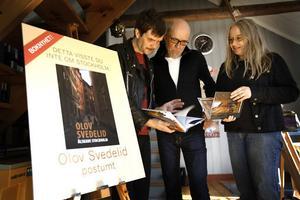 En trio Hudiksvallsbor med nyaste utgivningen på Winbergs förlag: fotograf Mårten Lärka, förläggare Lars-Åke Winberg samt formgivare Elena Semenova.