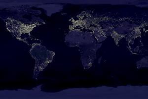 Såhär upplyst är jorden nattetid, inte konstigt att det är svårt att se stjärnorna. Bilden är ihopsatt av olika satellitbilder från NASA.