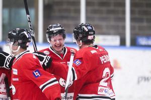 Markus Persson och Nicklas Pettersson jublar efter 5–2-målet.