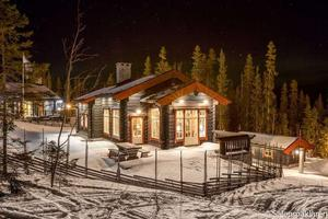 Ett topprenoverat timmerhus på 200 kvadrat mitt i pisten i Sälen är ett av Sveriges dyraste fritidshus på Hemnet just nu. Till salu för 18 miljoner kr.
