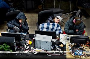 Dennis Armborg, 15, Linus Oscarsson, 15, och Patrik Palmén, 15, sovande framför sina datorer.