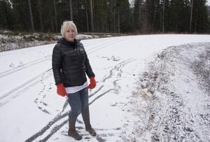 Nedför den glashala vägen kanade Kerstin Wretman med sin bil. Det fanns inga skyltar som varnade för att vägen var avstängd. Nu vill hon varna andra för den farliga vägen.