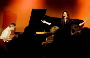 Steve Dobrogosz och Anna Christoffersson bjöd på glittrande pianospel och bluesig sång.