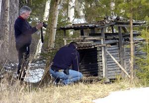 Tekniker från polisen undersökte på torsdagseftermiddagen området i Pålsbo utanför Edsbyn där det döda lodjuret hittats. Här är det en rävfälla de tittar närmare på.