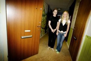 utan post. Gunilla och Pernilla Lindahl ströks från Postens adresslista trots att de hela tiden bodde på Vinddraget i Gävle. Det hela började med att Gavlegårdarna av misstag bytte ut namnet på deras dörr.