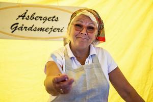 Catarina Malmberg från Åsbergets gårdsmejeri har kommit med sina ostar till marknaden på Söderbärkemöljan i tio år.