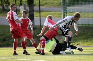 Hörna och kamp om bollen i Bergviks straffområde.