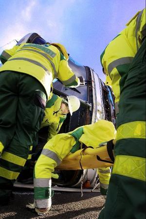 Sjukvårdarna får också spela skadade. Här tas en allvarligt skadad kvinna ut ur bussen.