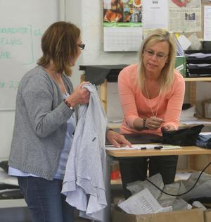 Britt-Marie Svensson och Louise Cedermark hjälper till med webbshoppen