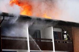Betong hindrar elden att sprida sig från taket ner i lägenheterna.