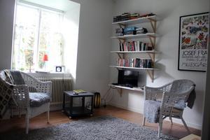Så här kan ett vardagsrum se ut i de små lägenheterna med ett rum och kök i slaggstenshuset.