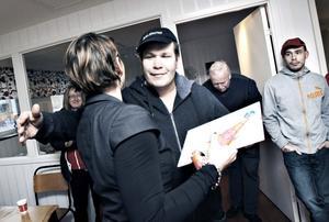Rolf Karlsson får pris och kram av oppositionsrådet Lili André, KD.