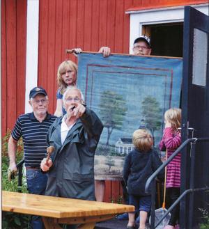 Sommar auktion och Petters Börje håller i klubban.Juryns omdöme: En bild som berättar en hel historia: de nyfikna barnen, den engagerade auktionsutroparen ...Foto: Bonny Sjöblom, Hudiksvall