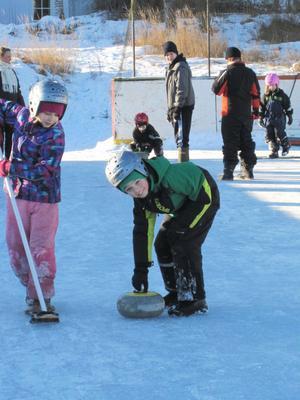 En av barnens favoriter är curling med riktiga curlingstenar och sopar på ishockeyrinken intill skolan. Här är det Alice Eriksson och Oliver Blomberg som är i farten.
