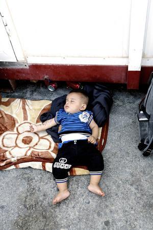 Jamen, fyra månader, ligger och sover på asfalten i hamnen. Två nätter sover han ute innan familjen tar båten till Aten. Den sista natten får han en filt av Maria Westin från Gävle.