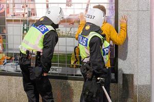 Fotbollssupportrar. Insändarskribenten undrar hur mycket polisbevakningen av alla fotbollsmatcher egentligen kostar.