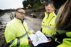 Planchefen Urban Dahlberg och etableringsingenjören Bengt Larsson  vid den första av tre tomter där arbetet har påbörjats.
