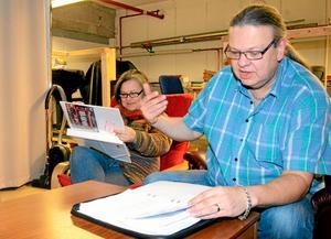 Kajsa Henriksson och Rod Cansby repeterar radioteaterpjäsen