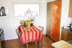 Köket, som avskärmas med hjälp av glaspartier, har fortfarande den originella korkmattan kvar på golvet.