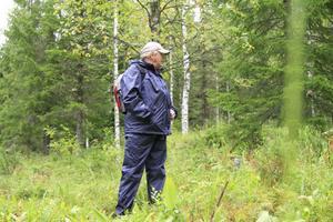 Sven Norman konstaterar att slåttern hjälper flera fridlysta arter att växa i Rigberg.