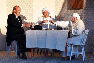 Den vanligen så buttra prostinnan Norrman (Birgitta Granehag-Engström) spottar inte i glaset visar det sig när Lappkungen (Arne Dahl) kommer på sent nattbesök för att skåla med henne och prosten (Lars-Göran Larsson).