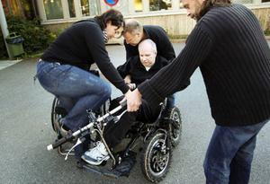 Denny hittade en fyrhjuling för rörelsehindrade på nätet och häromdagen fick han provköra den utanför Remonthagen.– Jag beställde en direkt, säger han.