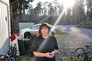 TRYGGT. Sari Jerninger som bor med man och barn på Tjärdalsvägen i Tobo tycker att boendet är tryggt och bra. Till skillnad mot grannarna är inte heller lägenheten kall.