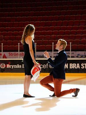 Johnne Nilsson ville skapa ett unikt minne och valde att fria till sin flickvän Fia Eriksson mitt på isen i Gavlerinken. Och hon sa ja!