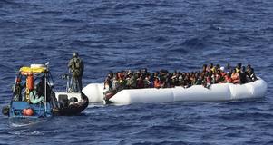 Det svenska kustbevakningsfartyget Poseidon har undsatt flera farliga båtar i Medelhavet där flyktingar riskerat drunkna.