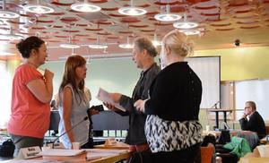 Bordläggning. Vänsterpartiet har drivit förslaget om att bordlägga frågan om en ny politisk organisation till beslut efter valet. Politiska vildarna Inger Palm och Monika Eriksson diskuterar under kommunfullmäktige med Stefan Backius (V) och Maria Gustavsson (V).