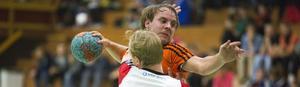 Oscar Westerlind fastnar i en Sollentunaförsvarares armar, en vanlig syn gällande hemmaspelarna under lördagsmötet i Öbacka Sportcenter.