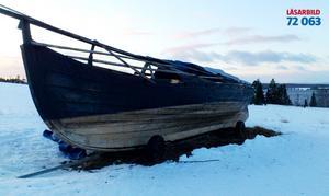 Dagmar blåste vikingaskeppet Hrafn av trailern, slitkölen sönderbruten.