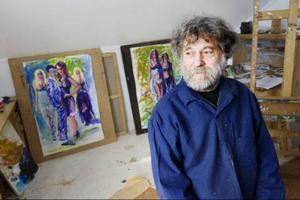 I sin ateljé visar Kaj på Höjda de nya målningarna som tillkommit efter besöket i Paris. Det är färgstarka bilder med människor i rörelse.