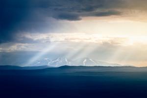 Solstrålarna nuddar Rendalssölen, också kallat Drottningen. Fjället ligger 1755 m.ö.h, Rendalens kommun i sydöstra Norge. Bilden är tagen ifrån Himmelfjäll.