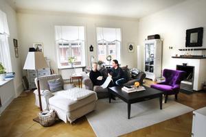Vardagsrummet är lägenhetens hjärta. Här kopplar Ulrika och Daniel av på kvällarna och på helgerna förvandlas rummet till en lounge. Bakom soffan ryms ett skrivbord.