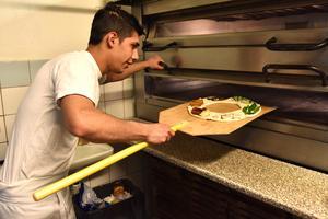 Just nu kanske pizzan ser fattig ut. Men det återstår mer jobb efter att den gräddats.