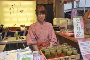 I basarerna utanför Senso-ji-templet säljer en flicka grönt te för 6,50 kronor muggen, ett av många exempel på att Tokyo inte är så dyrt som man tror.