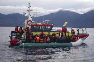 Sjöräddarna lyckades få över de 73 flyktingarna från gummibåten till sin egen båt.